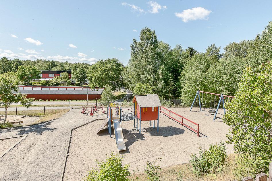 Stor lekplats precis utanför trädgårdsplätten