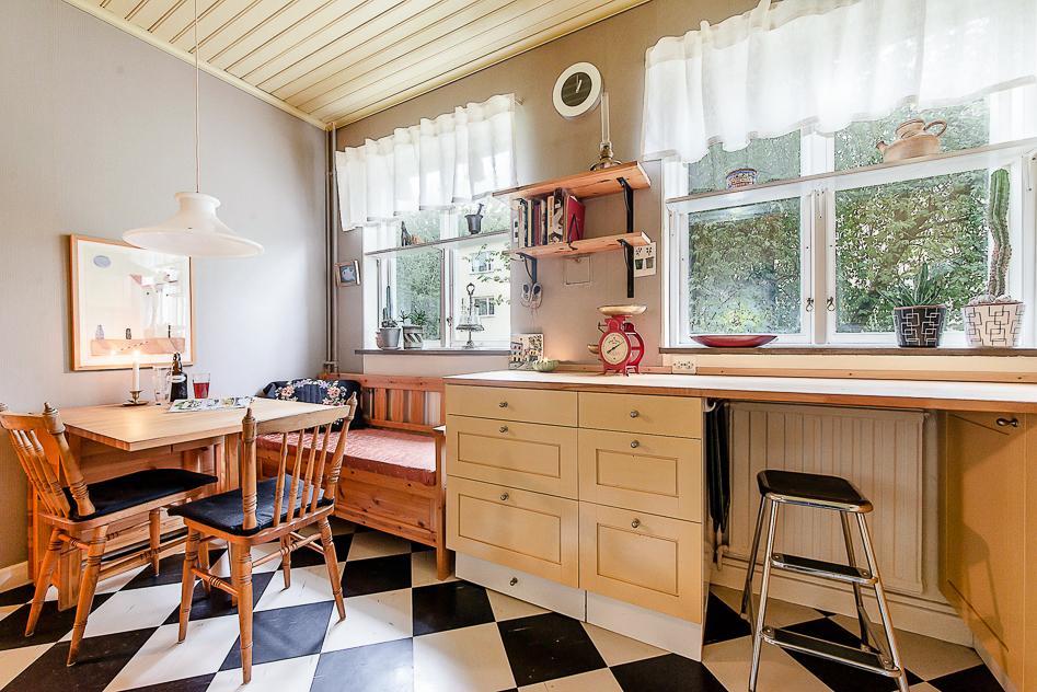 Charmigt kök med två fönster