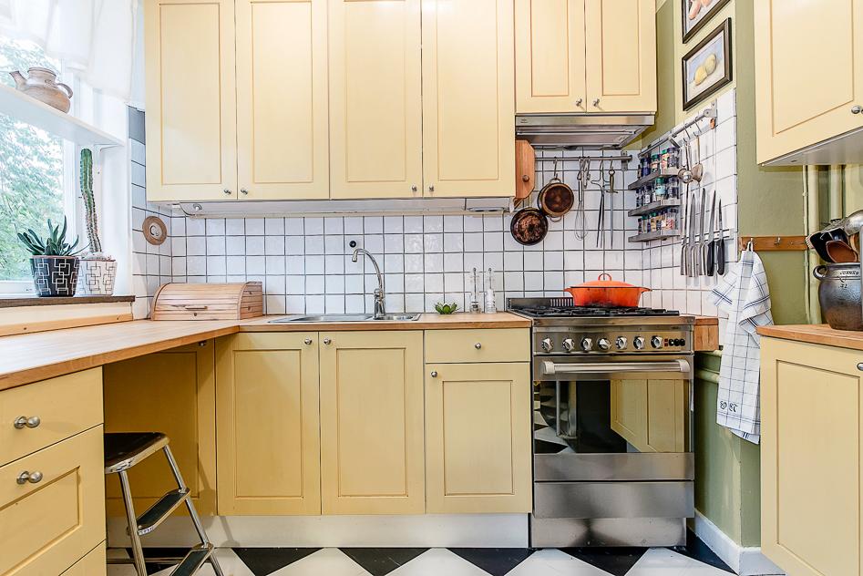 Kök med handgjorda köksluckor