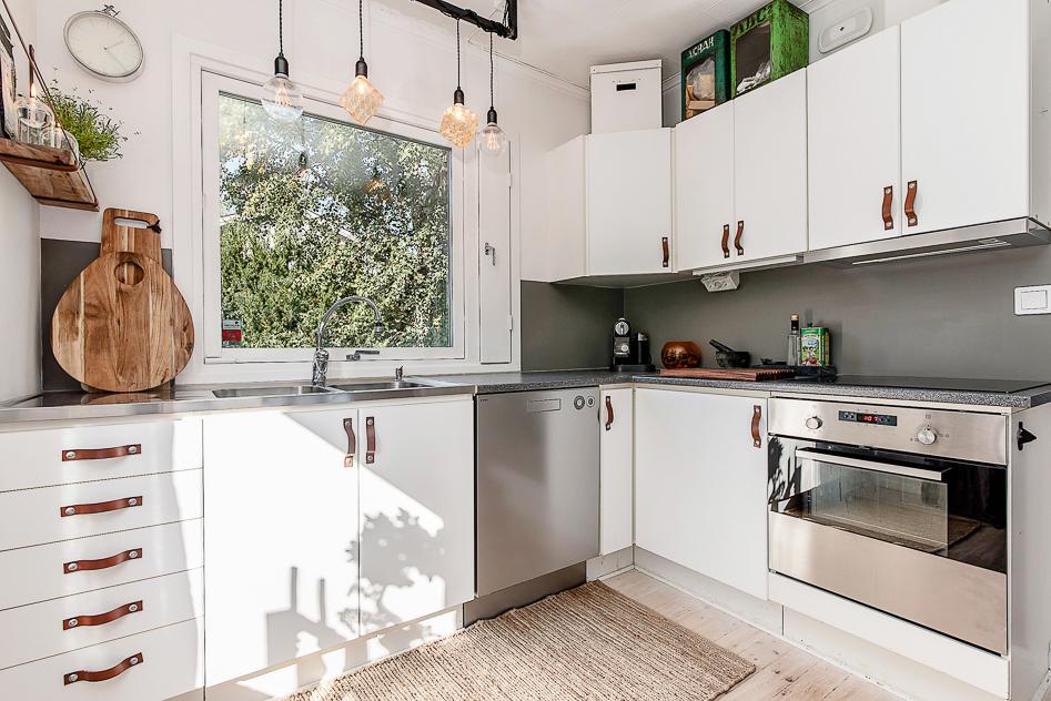 Trevligt kök med nya rostfria vitvaror