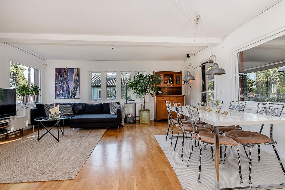 Ljust och rymligt vardagsrum med plats för stor soffa och matbord
