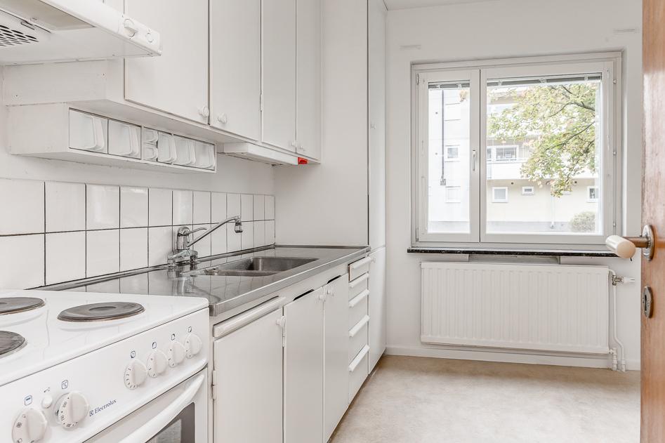 Ljust originalkök med stort fönster