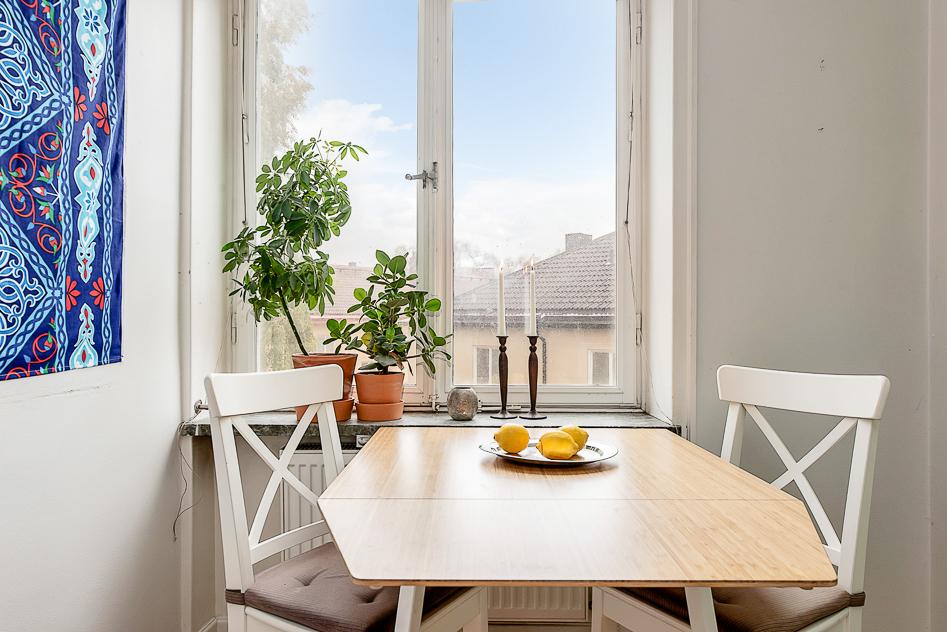 Trevlig matplats vid fönster