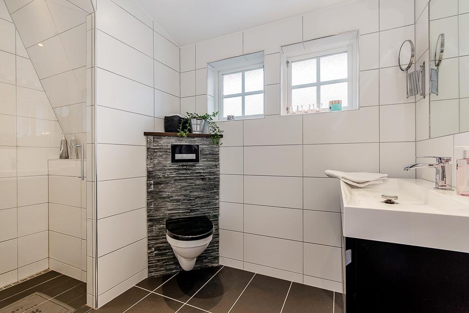 Fint badrum på övre plan