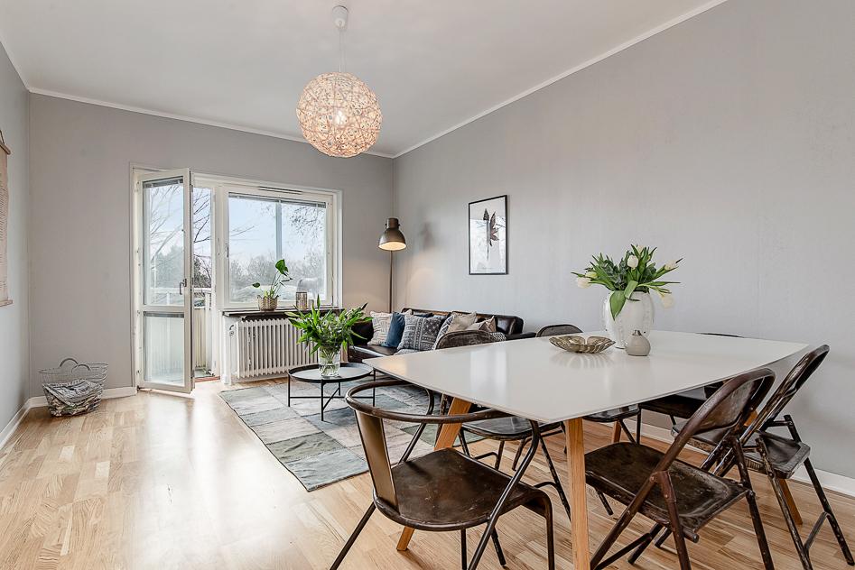 Rymligt vardagsrum med plats för större matbord och soffgrupp
